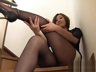Hot japanese grown-up in too steep miniskirt in trouble to hide her thong !