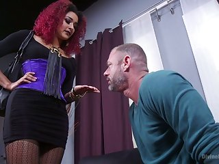 Cruel blooper Daisy Ducatiputs on strapon and fucks submissive dude