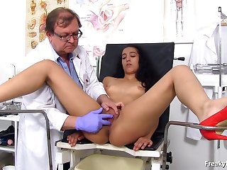 Latin brown had an diverting experience in be passed on hospital while spreading legs for a gynecologist